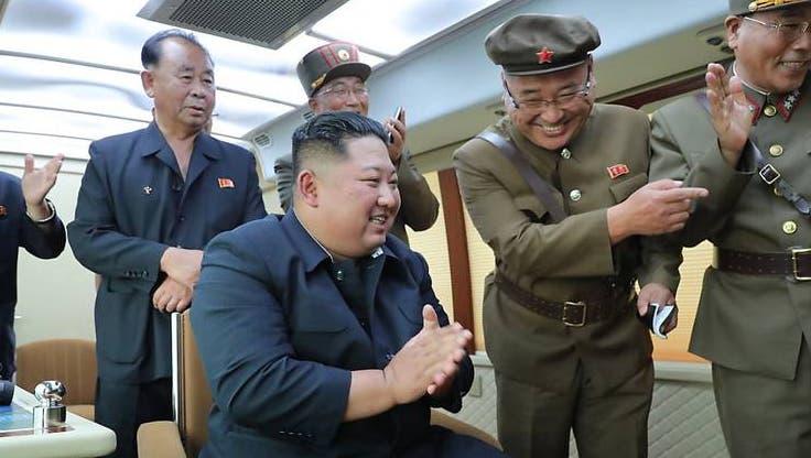 Nordkoreas Machthaber Kim Jong Un mit Militärs an einem unbekannten Ort. (Symbolbild) (Foto: Keystone)