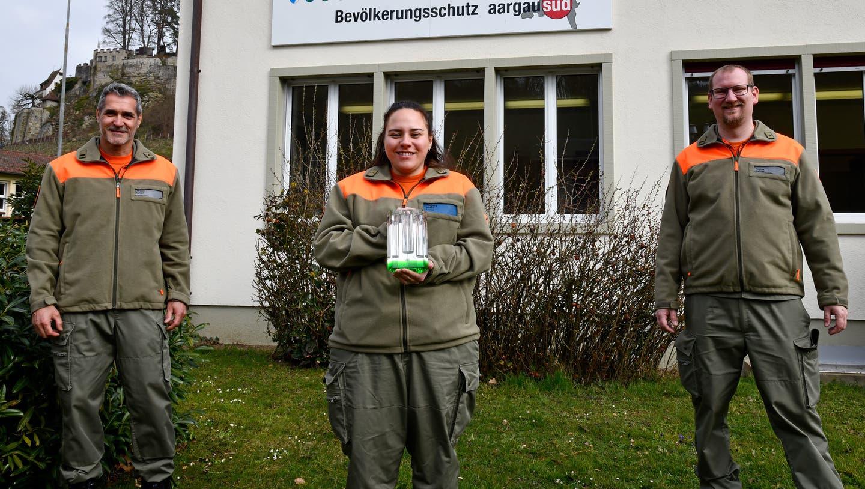 Erfreut über die Ehrung (von links): Kommandant Gregor Müller, Sanitäts-Gruppenführerin Angela Suter und Kommandant-Stellvertreter Tobias Kehrer. (ZVG)