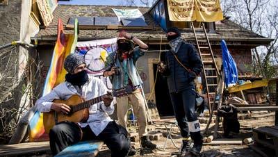 Aktivisten auf dem besetzten Gelände der «zone à défendre». (Keystone)