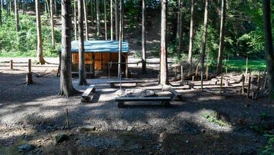 Eine der beiden Hütten im Wald. Sie muss nun abgerissen werden. (Bild: Donato Caspari(15. September 2020))