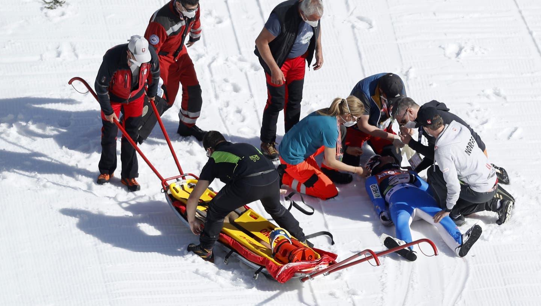 Sanitäter untersuchen den Norweger Daniel Andre Tande, nachdem er bei einem Event der Skiflug-Weltmeisterschaftin Planica, Slowenien stürzte. (AP)