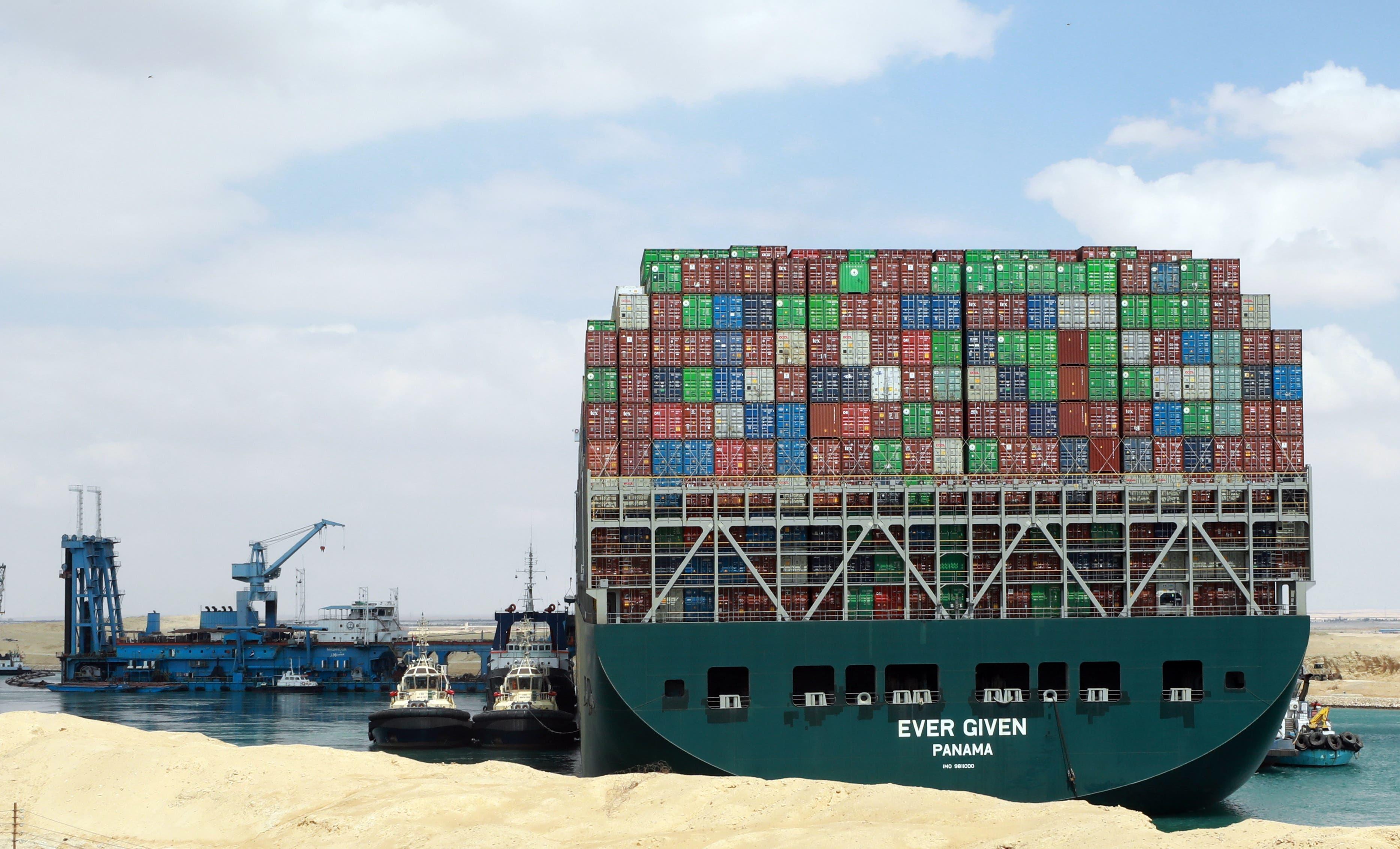 Beeindruckende Bilder aus Ägypten. Der Frachter blockiert aktuell eine der wichtigsten Handelsrouten der Welt.