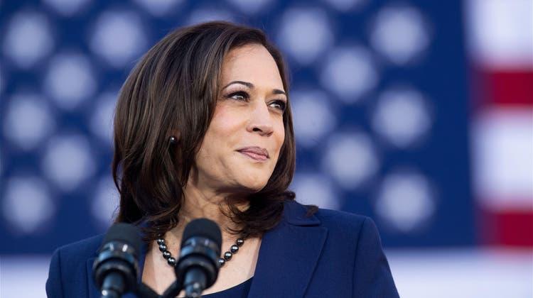 US-Vizepräsidentin Kamala Harris hat eine schwierige Aufgabe vor sich. Joe Biden selbst will sich nicht die Finger verbrennen. (Bild: Keystone)
