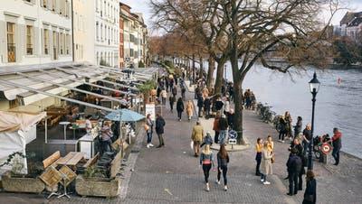 Basler geniessen das Frühlingswetter am Rhein. (Roland Schmid)