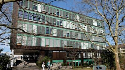 Ab 2025/26 nehmen die beiden Basel (im Bild das Gymnasium Muttenz) weniger Fricktaler Schüler auf – es braucht daher Provisorien. (Kenneth Nars / BLZ)