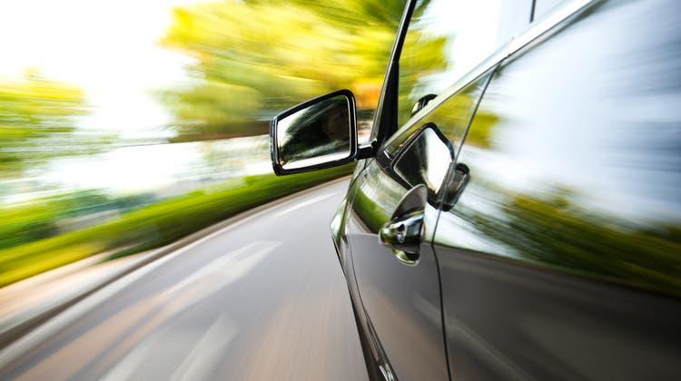 Der Unternehmer wurde von einem Polizisten dabei beobachtet, wie er auf der Autobahn A 13 rechts überholte. (Bild: Baona / iStockphoto)