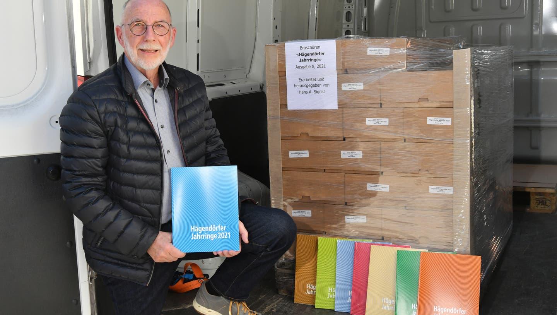 Hans Sigrist präsentiert das neuste Heft 8 (und all seine Vorgängerausgaben) der Hägendörfer Jahrringe. (Bruno Kissling / Oltner Tagblatt)