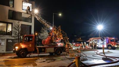 Der Balkon stand in Flammen, als die Feuerwehr eintraf. (Bild: PD)