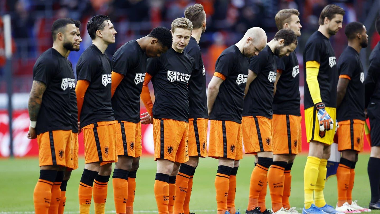 Die niederländischen Spieler liefen vor der Partie gegen Lettland in T-Shirts mit der Aufschrift «Football supports Change» auf. (Maurice Van Steen / EPA)