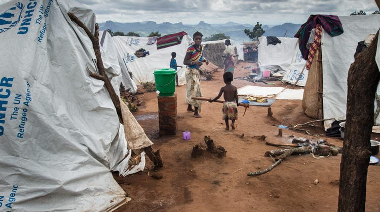 JAHRESRUECKBLICK 2016 - INTERNATIONAL - epa05148101 A Mozambican refugee walks towards his mother among white UN tents in the Kapise refugee camp, in Mwanza, Malawi, 07 February 2016. Fighting between Mozambique government forces and the Mozambican National Resistance (Renamo) has forced 5,000 refugees to flee into neighbouring Malawi, raising concerns of a new refugee crisis in Southern Africa. .Renamo has refused to accept the results of elections in late 2014 that saw the return of the Frelimo party to power.  KEYSTONE/EPA/ERICO WAGA (Erico Waga / EPA)