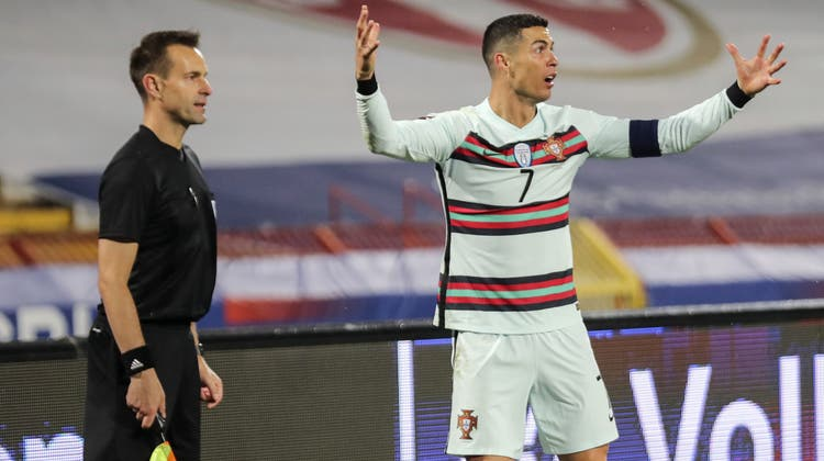 Cristiano Ronaldo konnte es nicht glauben, dass das Schiedsrichtergespann seinem Tor die Anerkennung verweigerte. (Miguel A. Lopes / EPA)