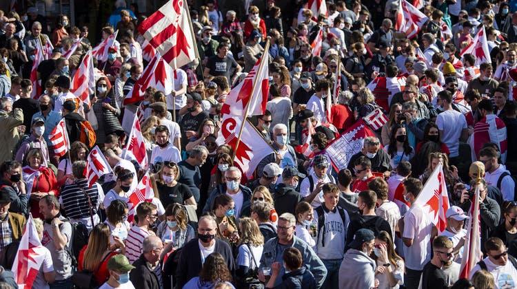 Tausende Pro-Jurassier versammelten sich in Moutier auf dem Bahnhofplatz. (Bild: Keystone)