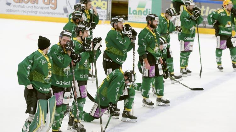 Die Spieler des HC Thurgau können ihre Enttäuschung nach dem Playoff-Aus nicht verbergen. (Mario Gaccioli)