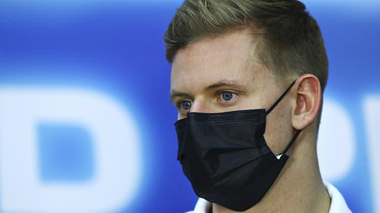 Hinter Mick Schumachers Maske verbarg sich nach dem Grand Prix von Bahrain ein Lächeln. (Dan Istitene / AP)