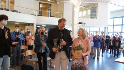 Applaus im Stehen gab's für Hannes Aeschlimann, den scheidenden Pastor der FEG Obwalden, und Renate Aeschlimann. (Bild: Marion Wannemacher, (Sarnen, 28. März 2021))