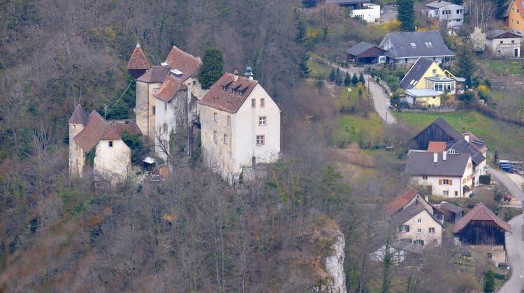 Spektakulär auf einem Felsrücken oberhalb des Dorfes liegt Schloss Burg. (Bild: Kenneth Nars (Burg, 26. März 2021))