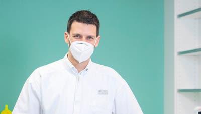 Lukas Korner, Präsident des Aargauischen Apothekerverbandes, hat für Kunden seiner Apotheke in Gränichen vorerst 2000 Selbsttests bestellt. (Britta Gut (04.11.2020))