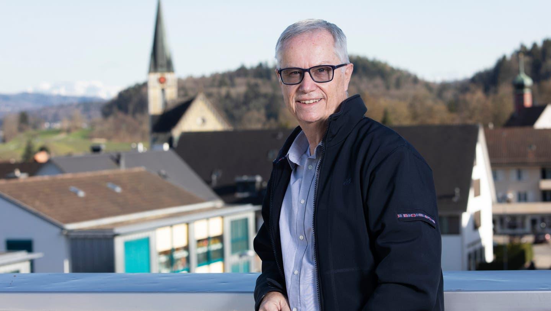 Der frisch gewählte Gemeindepräsident Markus Mötteli auf der Terrasse seines neuen Arbeitsortes, dem Spreitenbacher Gemeindehaus. (Britta Gut)
