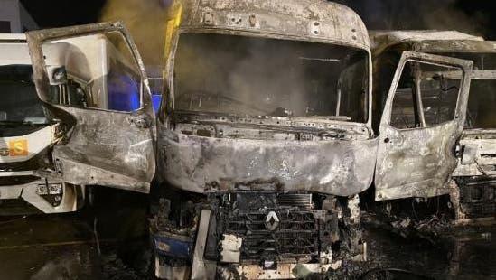 Zwei Sattelmotorfahrzeuge seien vollständig zerstört, zwei weitere beschädigt worden. Der Sachschaden beträgt mehrere hunderttausend Franken. (zvg/Kapo Zürich)
