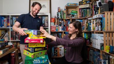 Ein Zimmer ihrer Wohnung ist voll mit Gesellschaftsspielen: Yves und Denise Hess. (Bild: Stefan Kaiser, (Steinhausen, 23. März 2021))