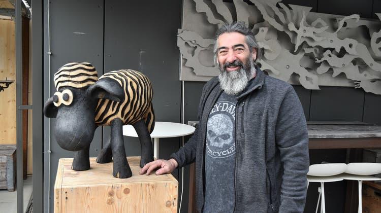 Claudio Cassano steht neben einem Schaf von Bildhauer Alex Schaufelbühl. (Bild: Claudia Marek)
