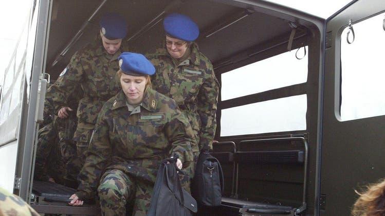 Die Armee-Bekleidung muss den Bedürfnissen der Frauen angepasst werden. (Keystone)