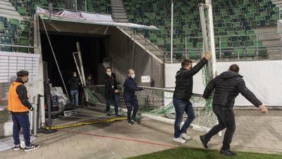 Die Szene des Abends: Helfer bringen ein neues Tor ins Stadion, weil das eigentliche 10 Zentimeter zu gross ist. (Ennio Leanza / KEYSTONE)