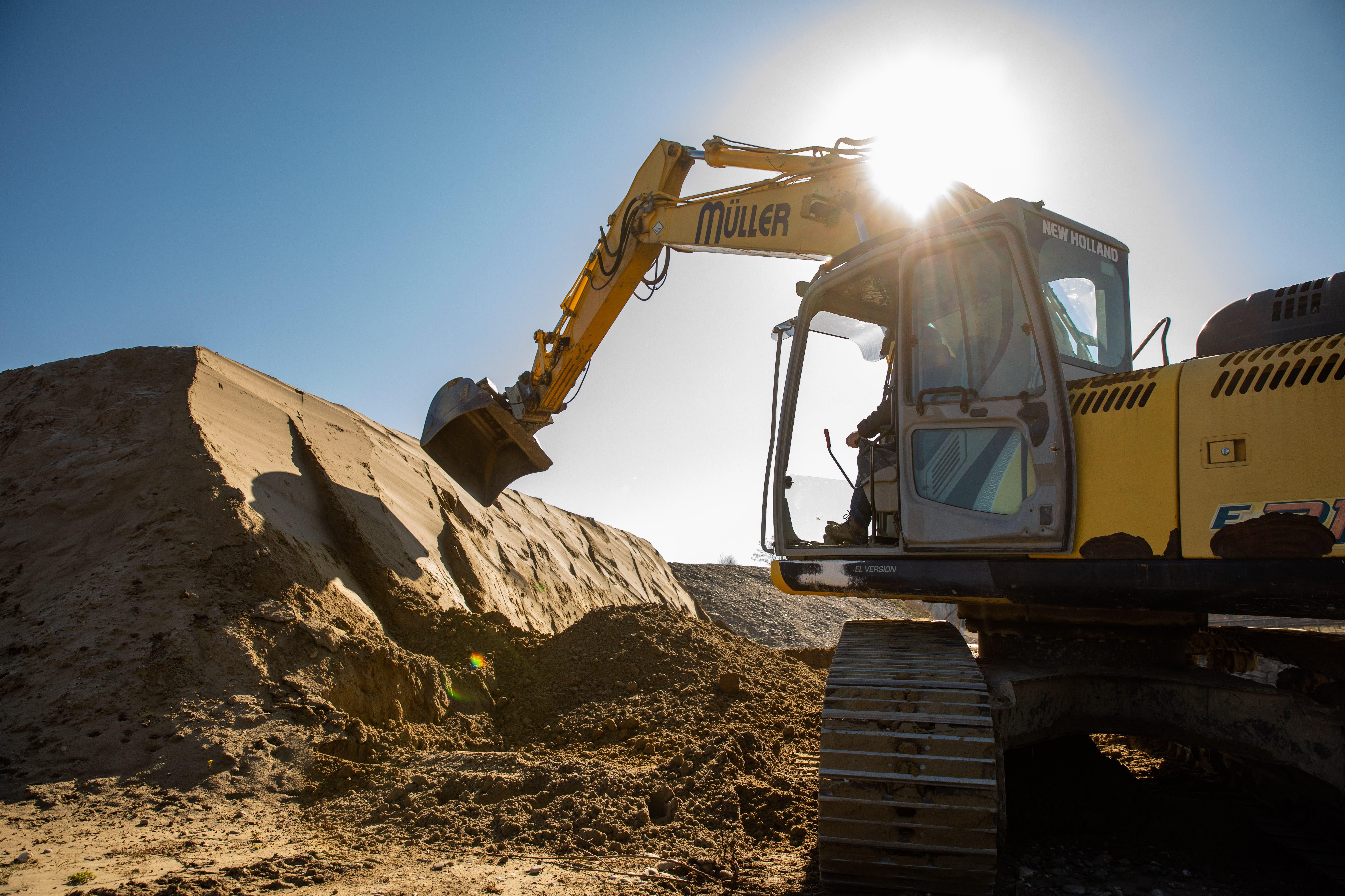 Eine spezielle Sandmischung wird für die künstliche Brutwand aufgeschichtet.