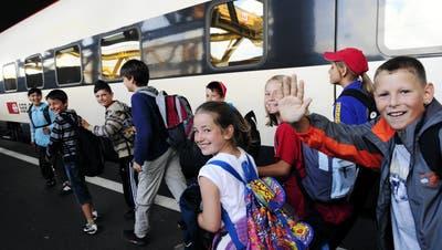 Glueckliche Kinderaugen einer 4. Klasse aus Bischofszell bei ihrer Durchreise im Zuercher Hauptbahnhof am Dienstag, 16. Juni 2009, anlaesslich ihrer Schulerreise mit Ziel Sauriermuseum in Aathal. (KEYSTONE/Walter Bieri) (Walter Bieri / KEYSTONE)