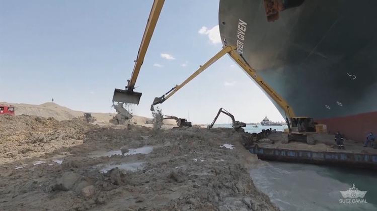 Containerschiff schwimmt endlich wieder: Hier wird die «Ever Given» ausgebuddelt