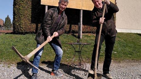 Grabenstorf– Stefan Hegi (links) und Hans Melliger graben das Theaterspektakel wieder aus. (Andrea Weibel)