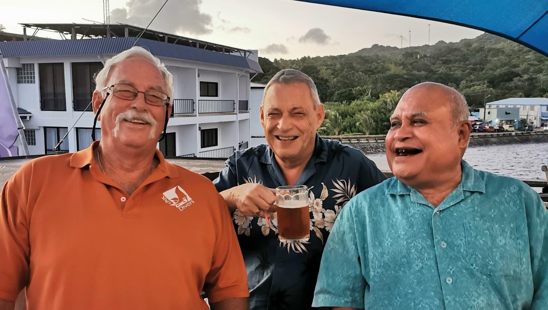 Hanspeter Gsell (Mitte) mit dem Gouverneur von Yap, Sir Henry Falan (rechts), und Bill Acker, «The Manta Man». (Bild: zvg)