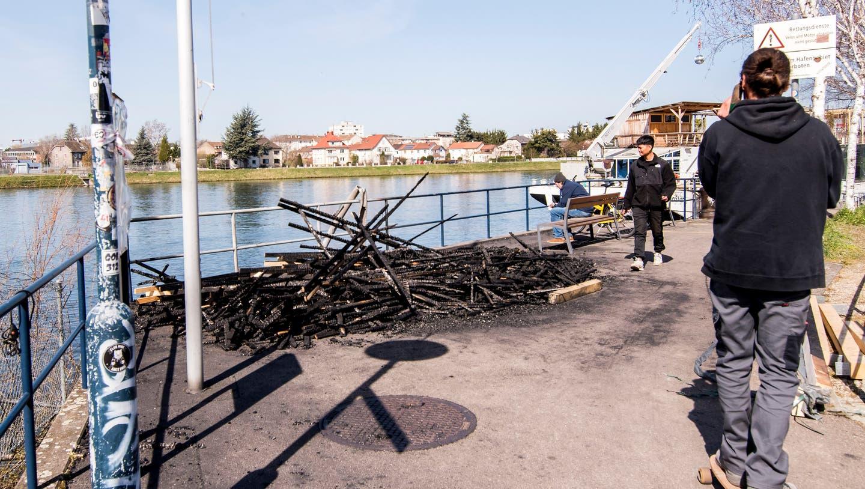 Holzelemente für den Umbau auf dem «Nordstern»-Schiff wurden hier mutmasslich in Brand gesetzt. (Bild: Nicole Nars-Zimmer)