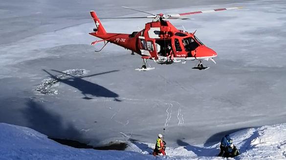 Auf gefrorenem Seealpsee eingebrochen: Rega rettet zwei Männer aus eiskaltem Wasser