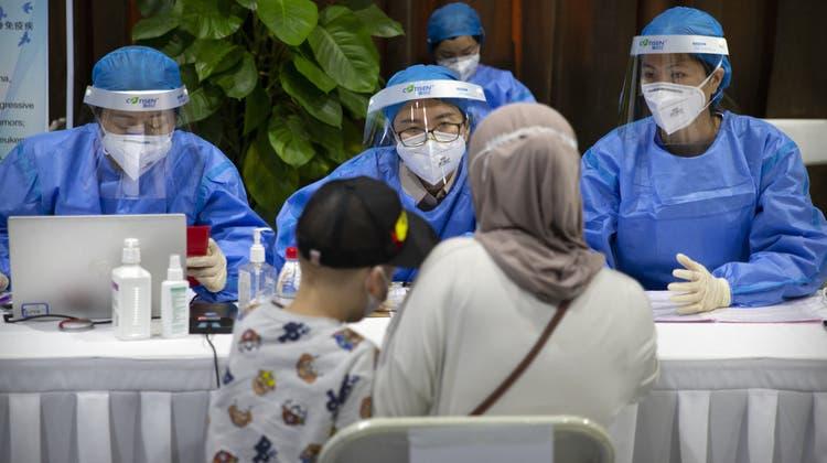 Ausländische Journalisten erhielten in Peking die Möglichkeit, sich impfen zu lassen. (AP)