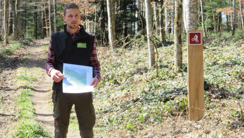 Der stellvertretende Förster, Linus Staubli,erklärt die Lage der neuen Biketrailsim Auwer Bergwald. (Marc Ribolla)