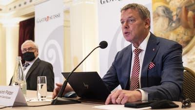 Präsident Casimir Platzer (r.) kündigt mit seinem Verband Gastrosuisse eine Initiative für «Gerechte Entschädigung im Pandemiefall» an. (Keystone)