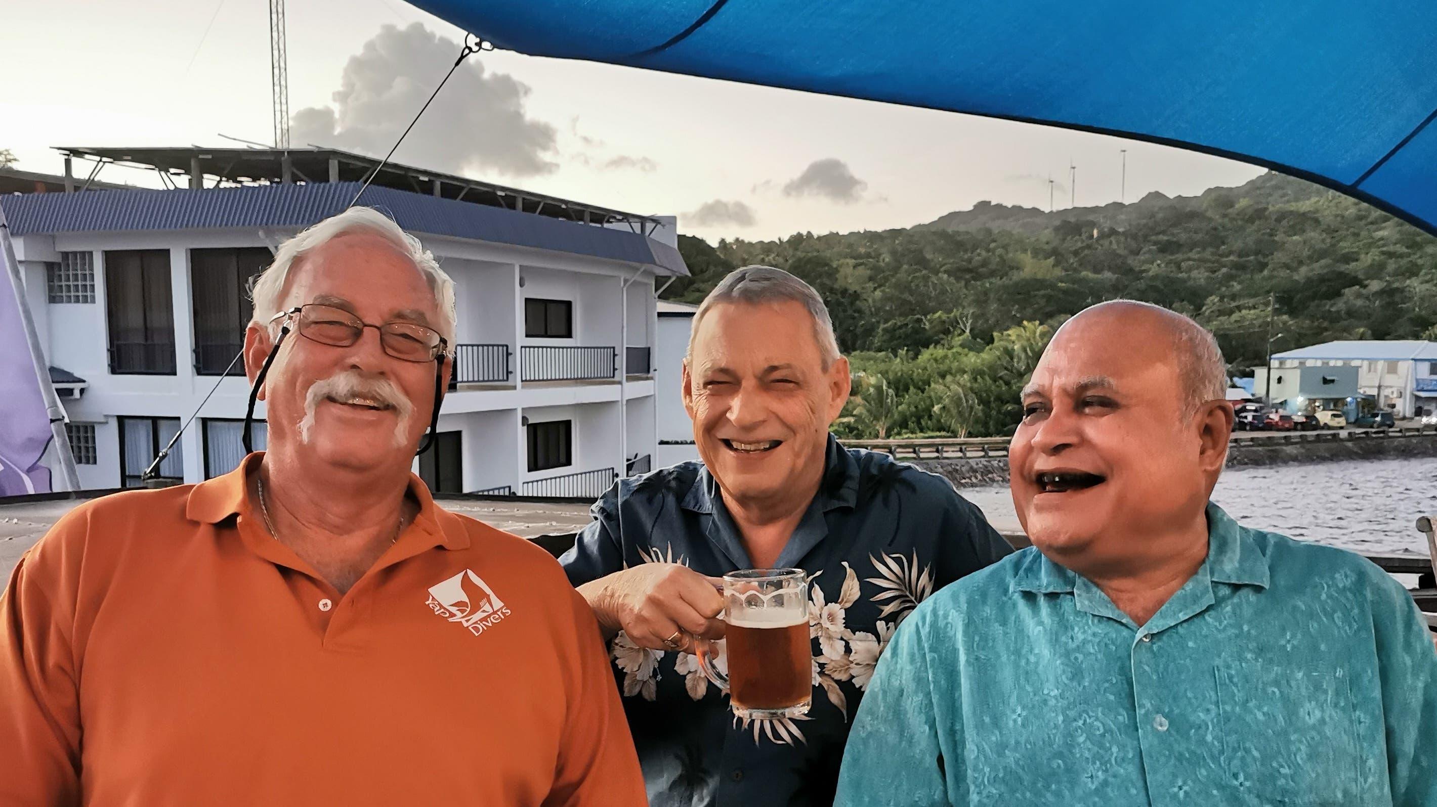 Hanspeter Gsell (Mitte) mit dem Gouverneur von Yap, Sir Henry Falan (rechts), und Bill Acker, The Manta Man.