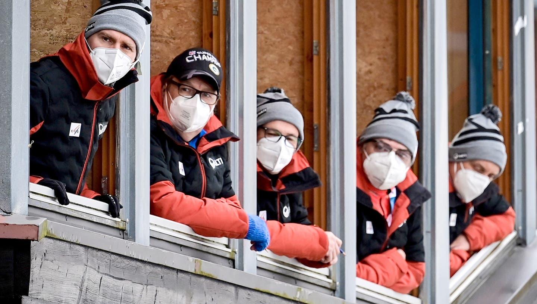 Auch die Sprungrichter beim Skispringer verteilen ihre Noten mit Maske. (Philipp Guelland / EPA)