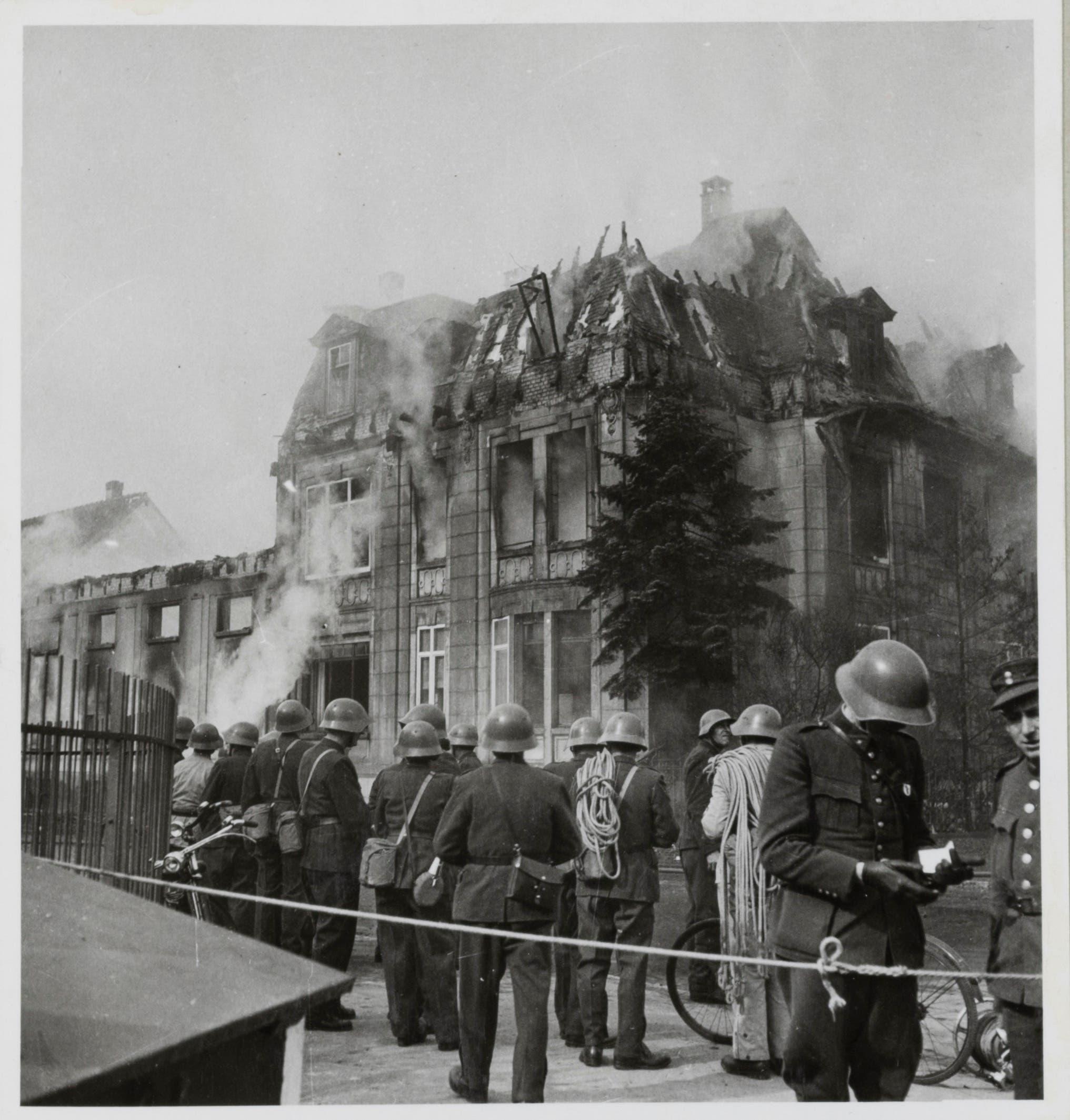 Bombardierung von Basel, 4. März 1945: Auch bei der schwer beschädigten Villa Rapp an der Hochstrasse 100 versuchen die Rettungskräfte, die Feuer einzudämmen.