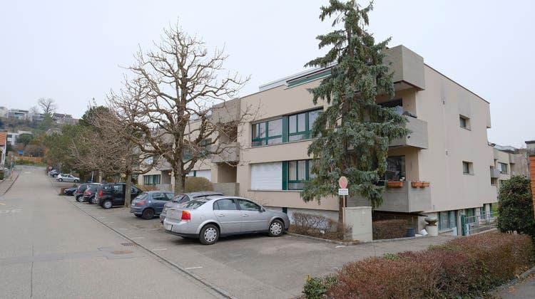 Starre Regel: Wer im Baselbiet ein Haus baut, muss (wie hier in Reinach) 1,3 Parkplätze pro Wohneinheit erstellen. Bei Einfamilienhäusern wird auf zwei Parkplätze aufgerundet. (Bild: Kenneth Nars)