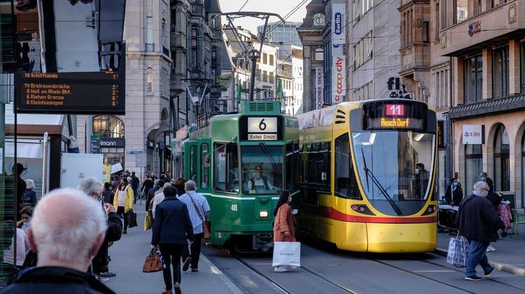 Kreuzende Trams beim Basler Marktplatz. (Bild: Kenneth Nars)