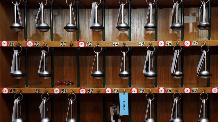 In vielen Hotels blieben die Schlüssel im letzten Jahr ungebraucht. Das Parlament will nun ein Impulsprogramm für die Branche. (Symbolbild) (Keystone)