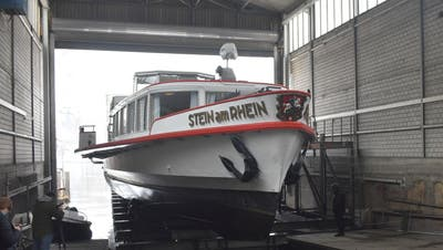 Die Lastenkran zieht die MS Stein am Rhein in die Werft. (Bild: Thomas Güntert)