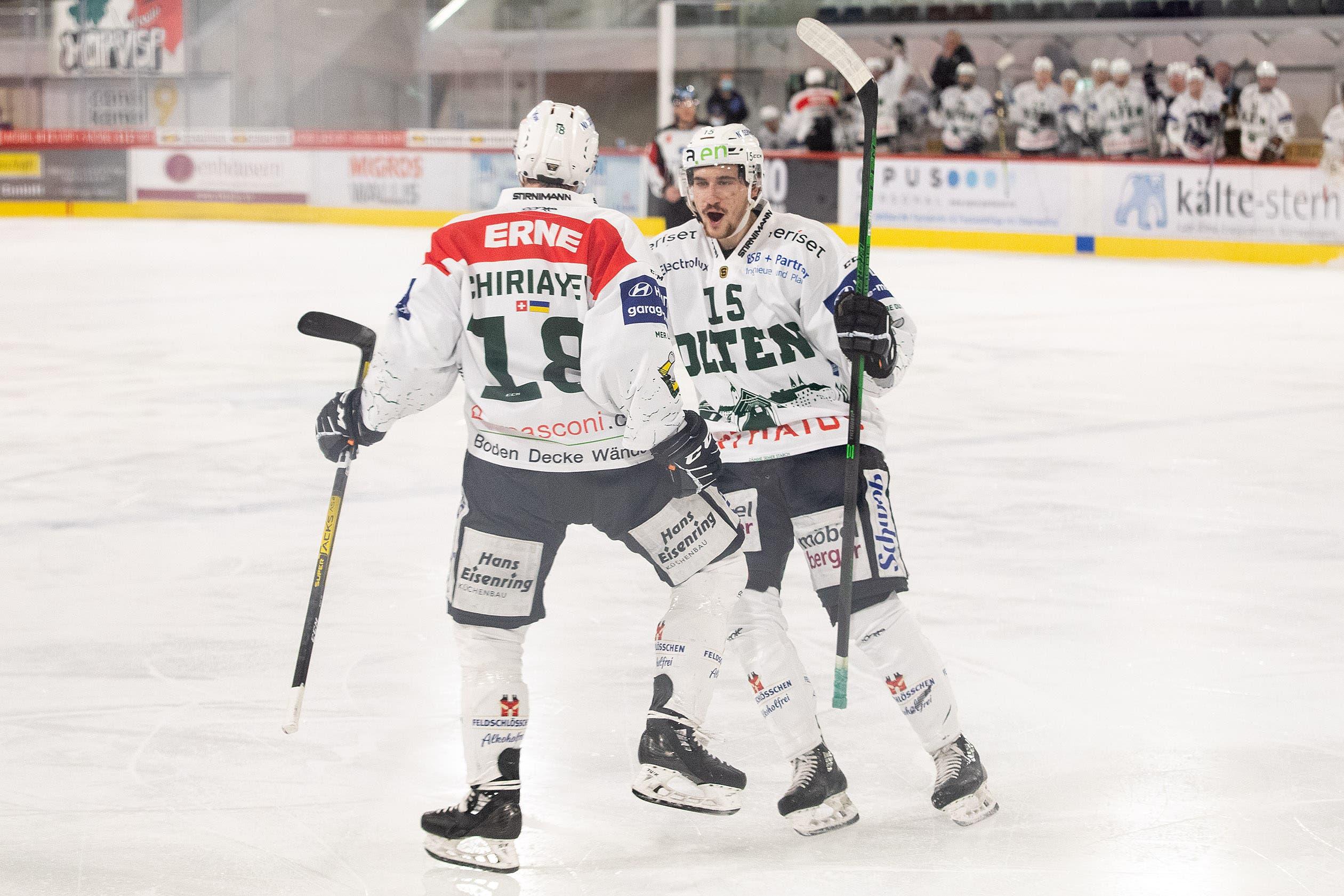 Chiriaev und Heughebaert feiern den Ausgleichstreffer.