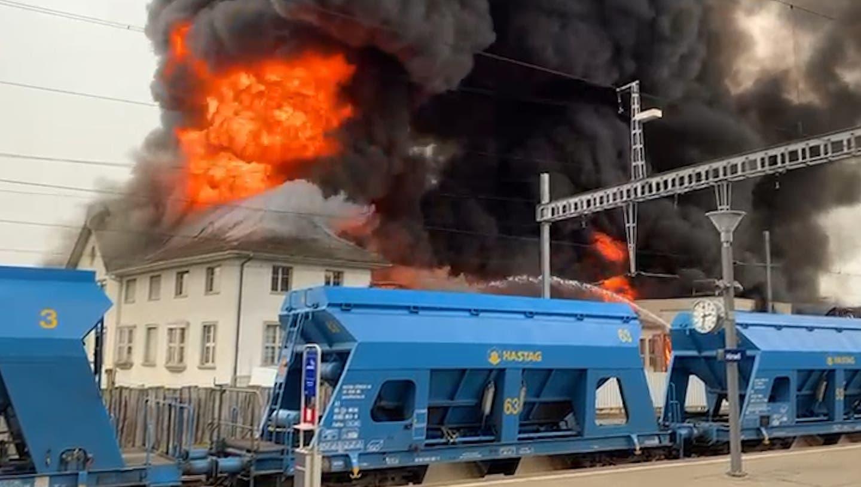 Grossbrand in Traktorenfabrik: Rauchsäule kilometerweit zu sehen