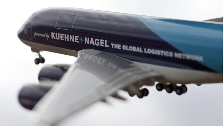 Kühne + Nagel besitzt keine eigenen Flugzeuge, wie das Logo auf dem Modell eines Airbus A380fälschlicherweise suggeriert. Doch der Konzern zeigt: Gute Gewinne lassen sich auch so erzielen. (Bild: Alessandro Della Bella/Keystone)