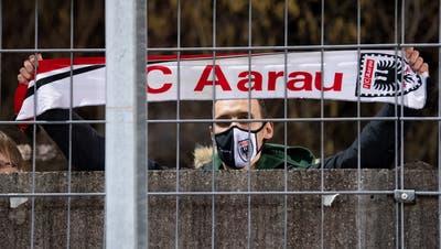 Seit die Stadien für Fans geschlossen sind, versammeln sich bei jedem FCA-Heimspiel einige von ihnen ausserhalb der Stadionmauer im Brügglifeld und unterstützen von dort die Mannschaft. (Claudio De Capitani / freshfocus)