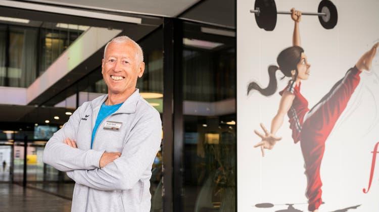 Armin Vock neben dem Cartoon von Silvan Wegmann, das er für die Outdoor-Fitness in Auftrag gegeben hat. Nicht im Bild das Virus, dem das sportliche Mädchen einen Kick versetzt. (Alex Spichale)