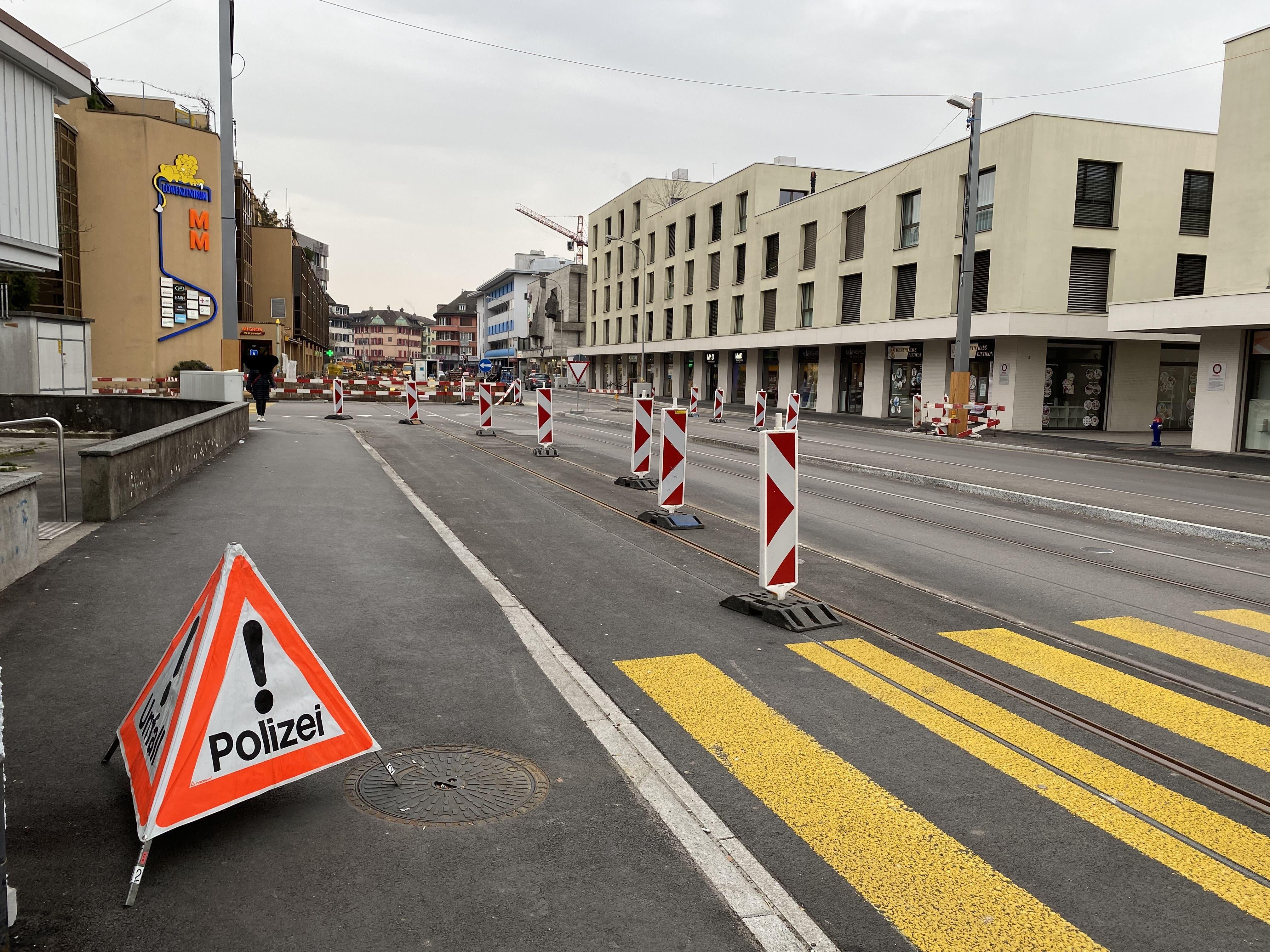 Ein Faltsignal weist auf den laufenden Polizeieinsatz am Dietiker Kronenplatz hin.